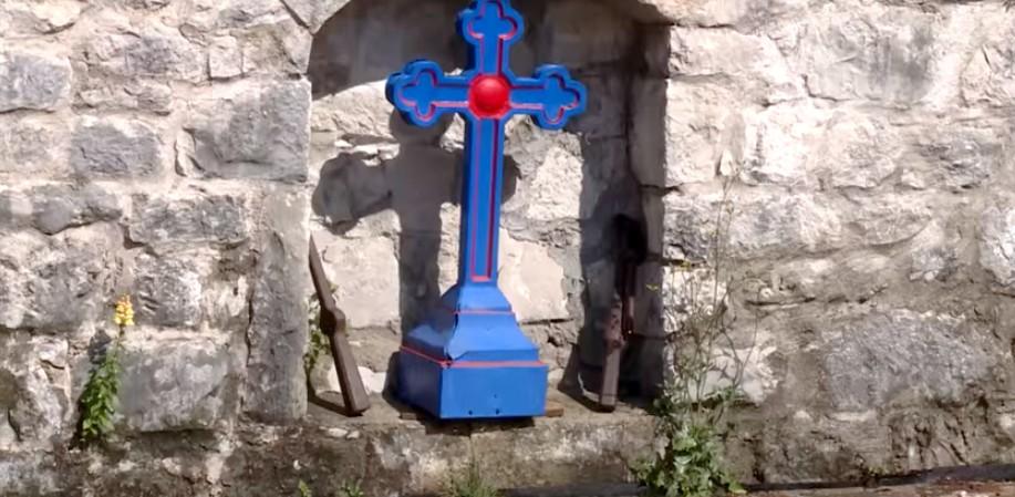 Monastère Tvrdos croix orthodoxe