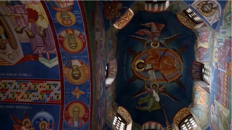 Monastère Tvrdos fresques religieuses sur le plafond
