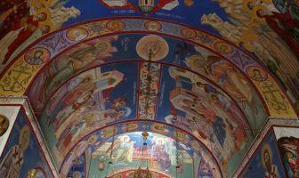 Monastère serbe orthodoxe Tvrdos plafonds avec des fresques