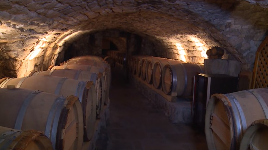 Cave de Tvrdos monastère caveau avec les tonneaux de vins