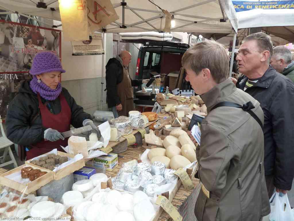 Formaggi di Pecora vente directe lors du marché artisanal de Marradi