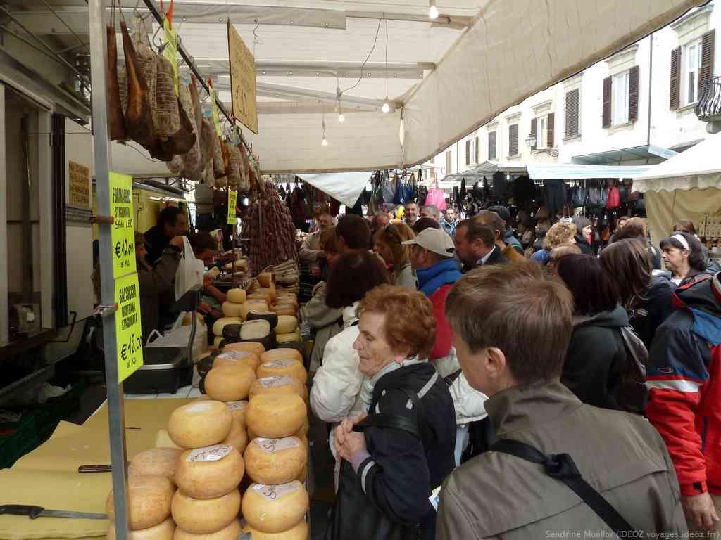 Fromages et charcuteries toscanes sur le marché artisanal de la fête du marron à Marradi