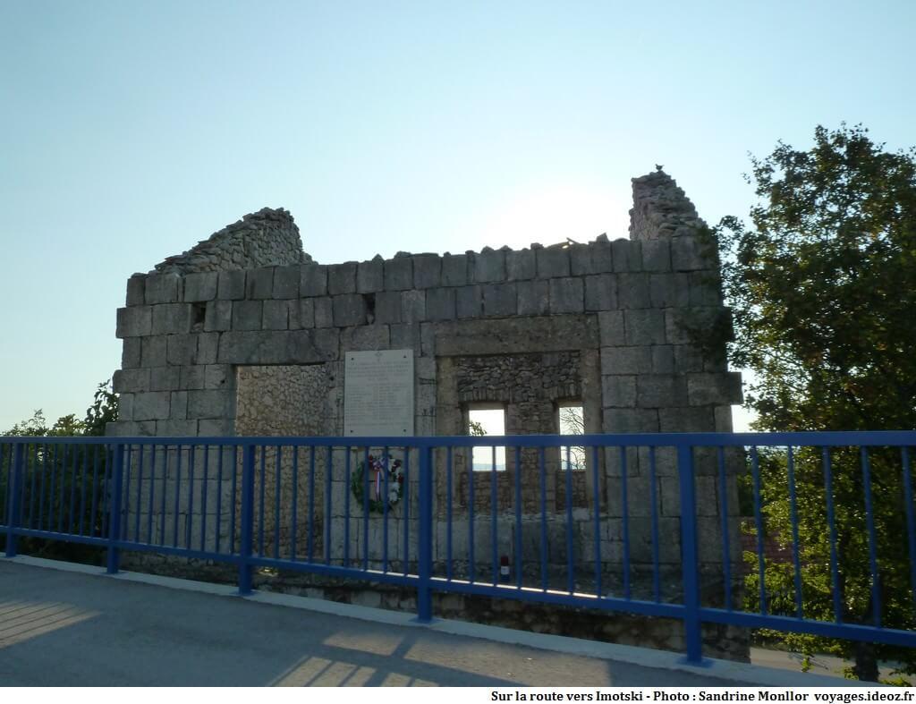 Maison en ruine et hommage à des victimes de la guerre de Croatie