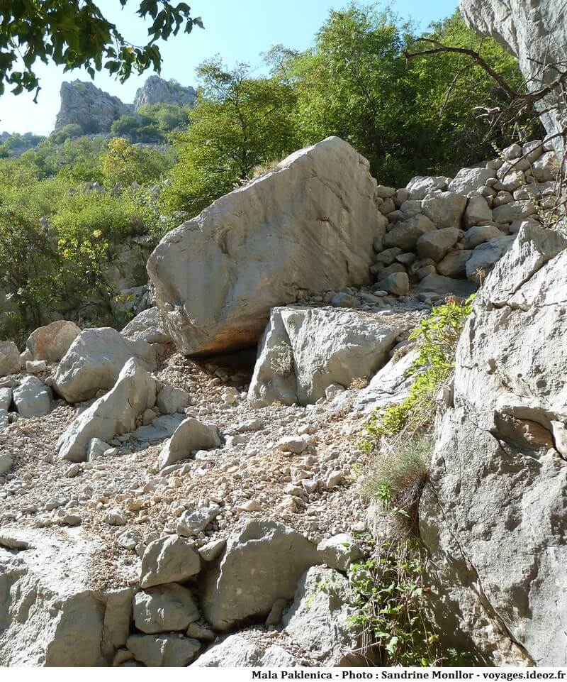 Rochers à escalader pour démarrer le sentier de Mala Paklenica