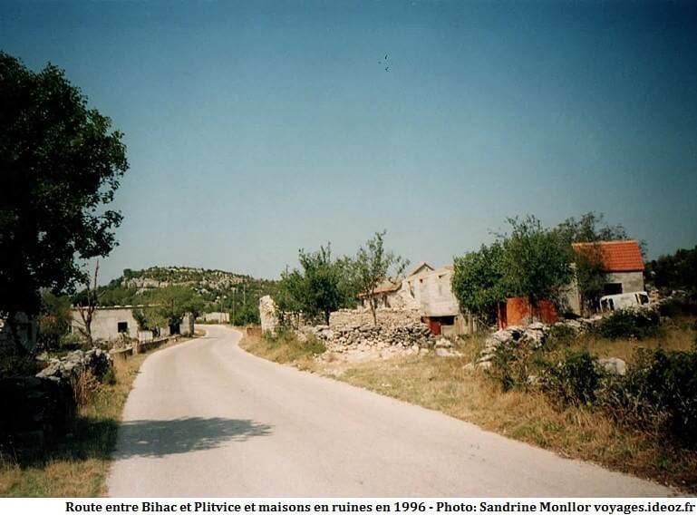 Route entre Bihac et la région de Plitvice maisons en ruines en 1996