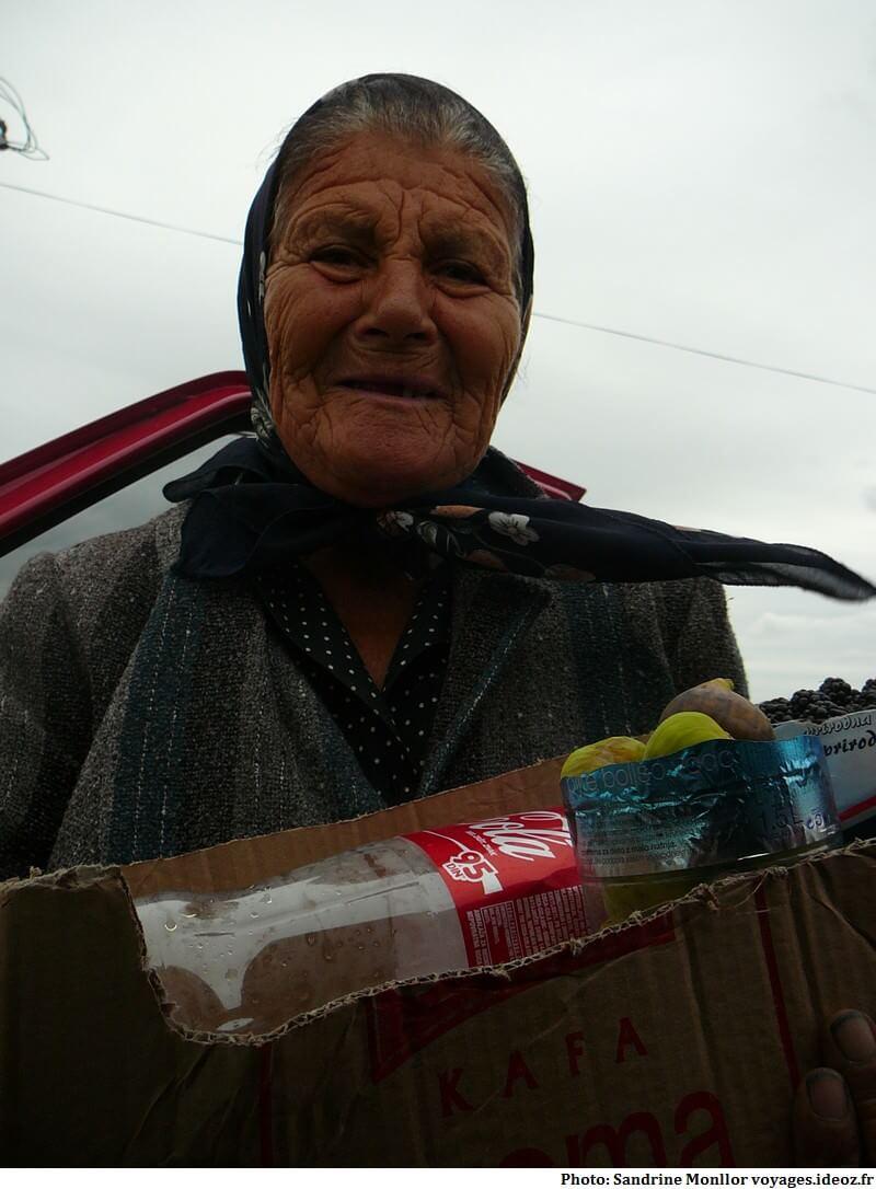 Vendeuse croisée au bord d'une route dans les Balkans