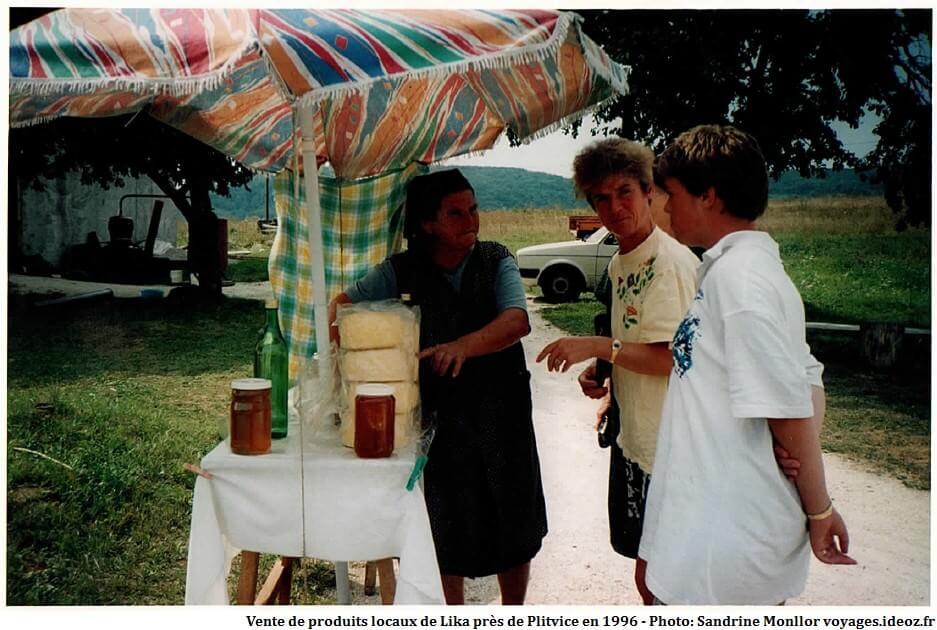 Vente de produits locaux de Lika près de Plitvice en 1996