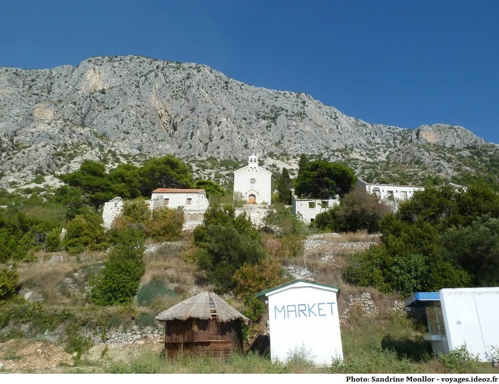 Village dalmate en partie détruit pendant la guerre de Croatie