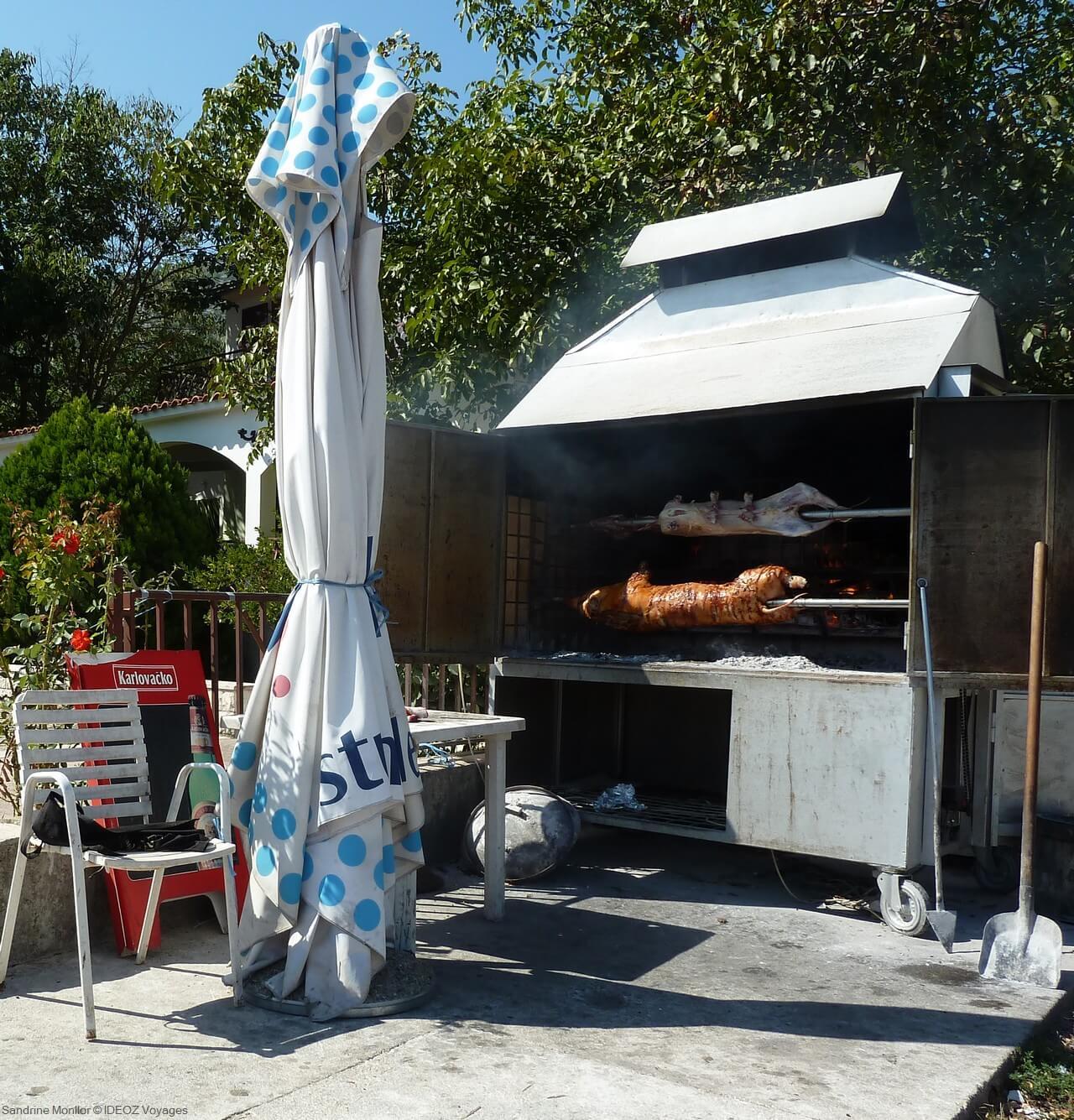 porc et agneau cuit sous la cloche en croatie