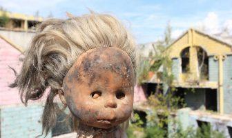 poupée vestige de la guerre de Bosnie à Sarajevo