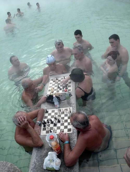 Jouer aux échecs dans les bains Széchényi furdo