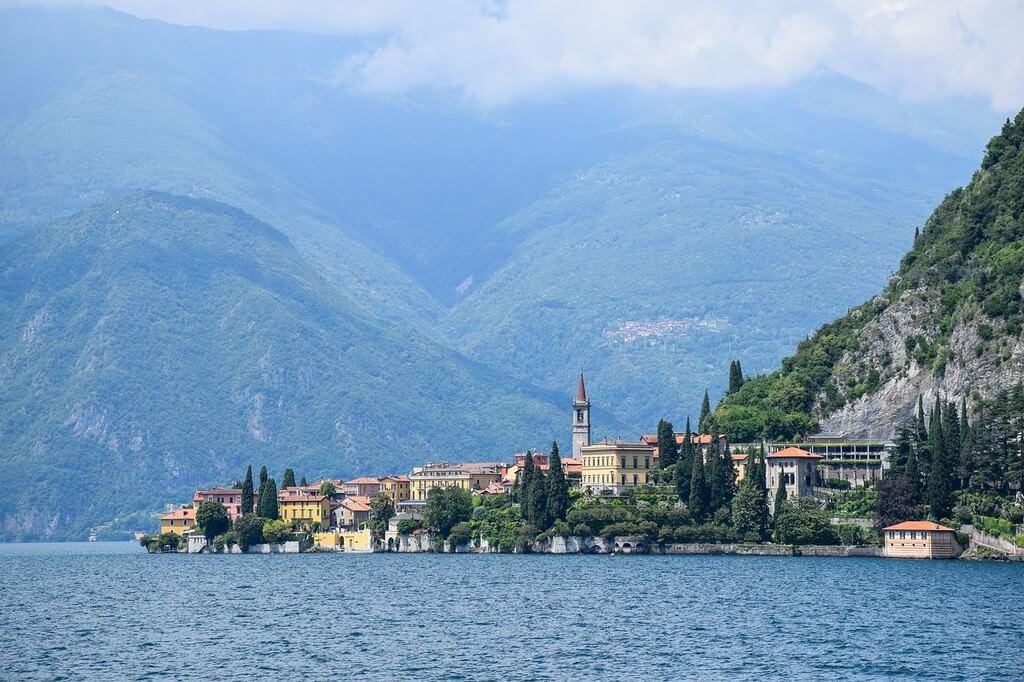 Lac de Come village au bord des lacs italiens du nord