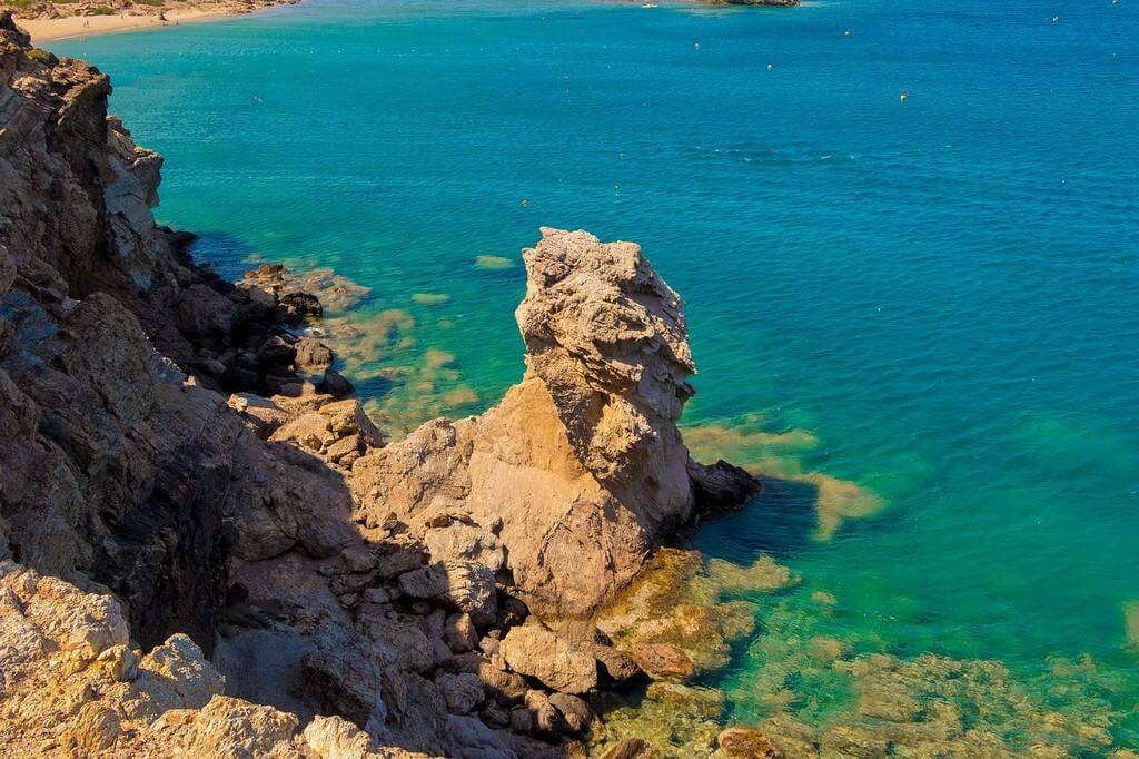 Rochers au bord de la mer en Crète