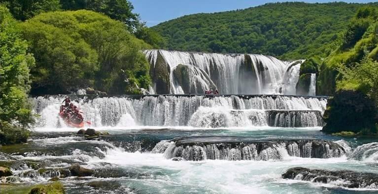 Strback buk rafting sur la riviere Una en Bosnie herzegovine