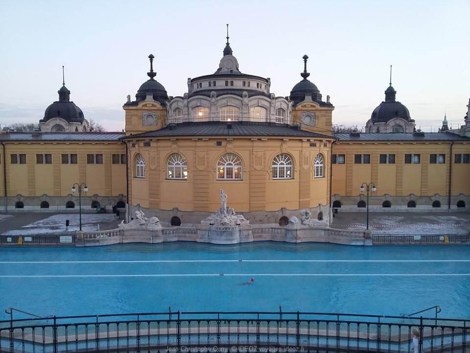 nager dans les Thermes Széchenyi à Budapest