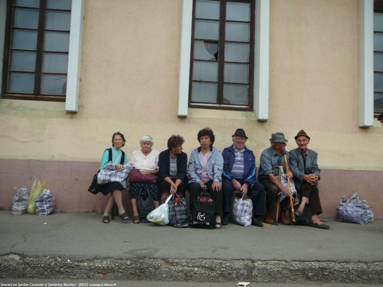 Attendre le bus à Umraci en Serbie centrale près de Mali Pozarevac