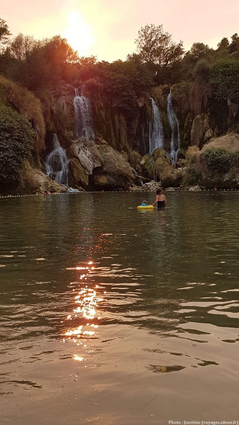 Baignade dans les chutes de Kravica