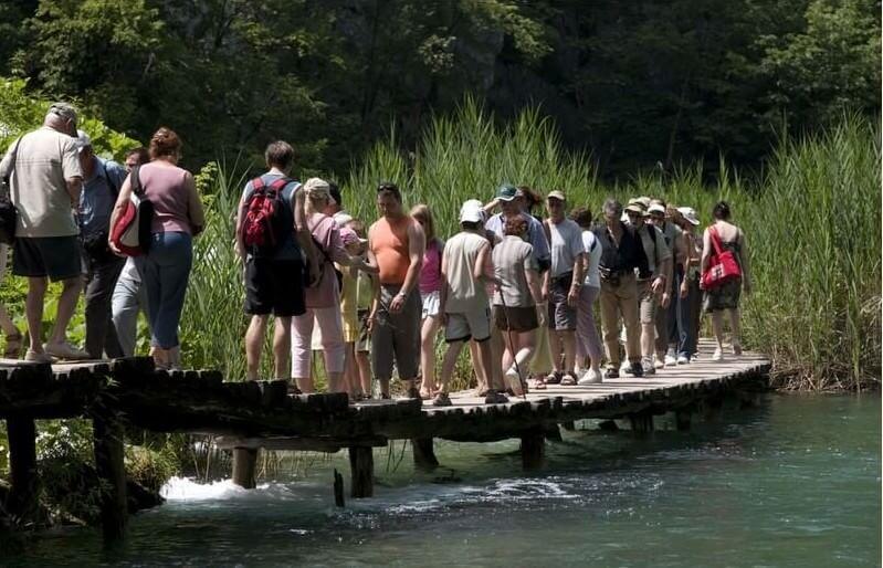 Sentiers de rondins à Plitvice en été (Crédit photo : Jimmy Harris /Flickr)