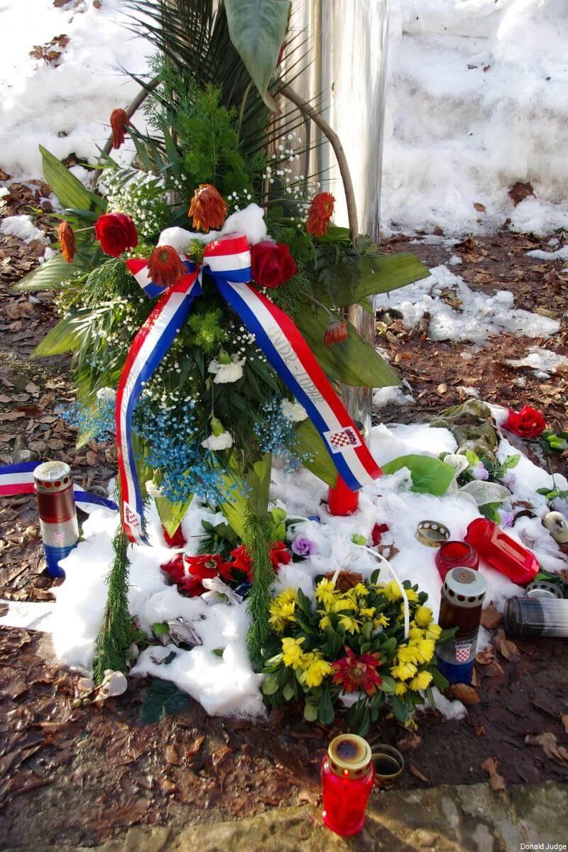 Fleurs bougies hommage à Josip Jovic