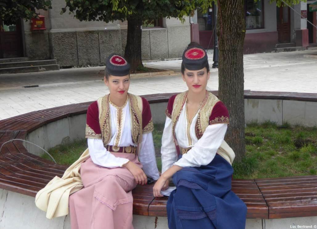 Jeunes montenegrines en habits traditionnels à Cetinje