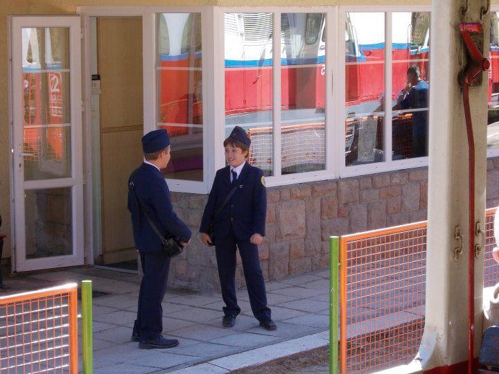 Enfants contrôleurs dans le train des enfants à Budapest