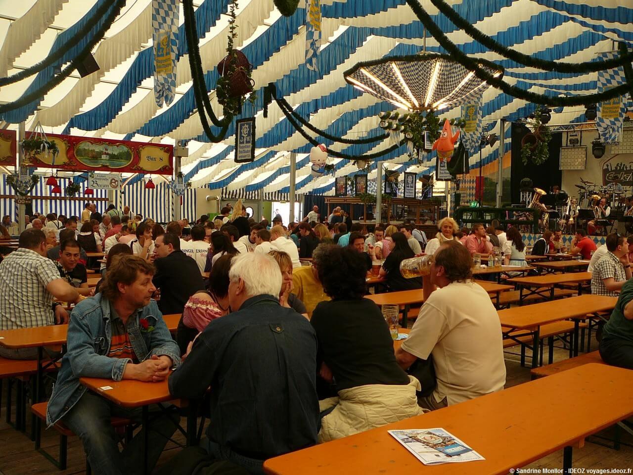 A l'heure du déjeuner sous la tente Augustiner Brau visiteurs et orchestre bavarois