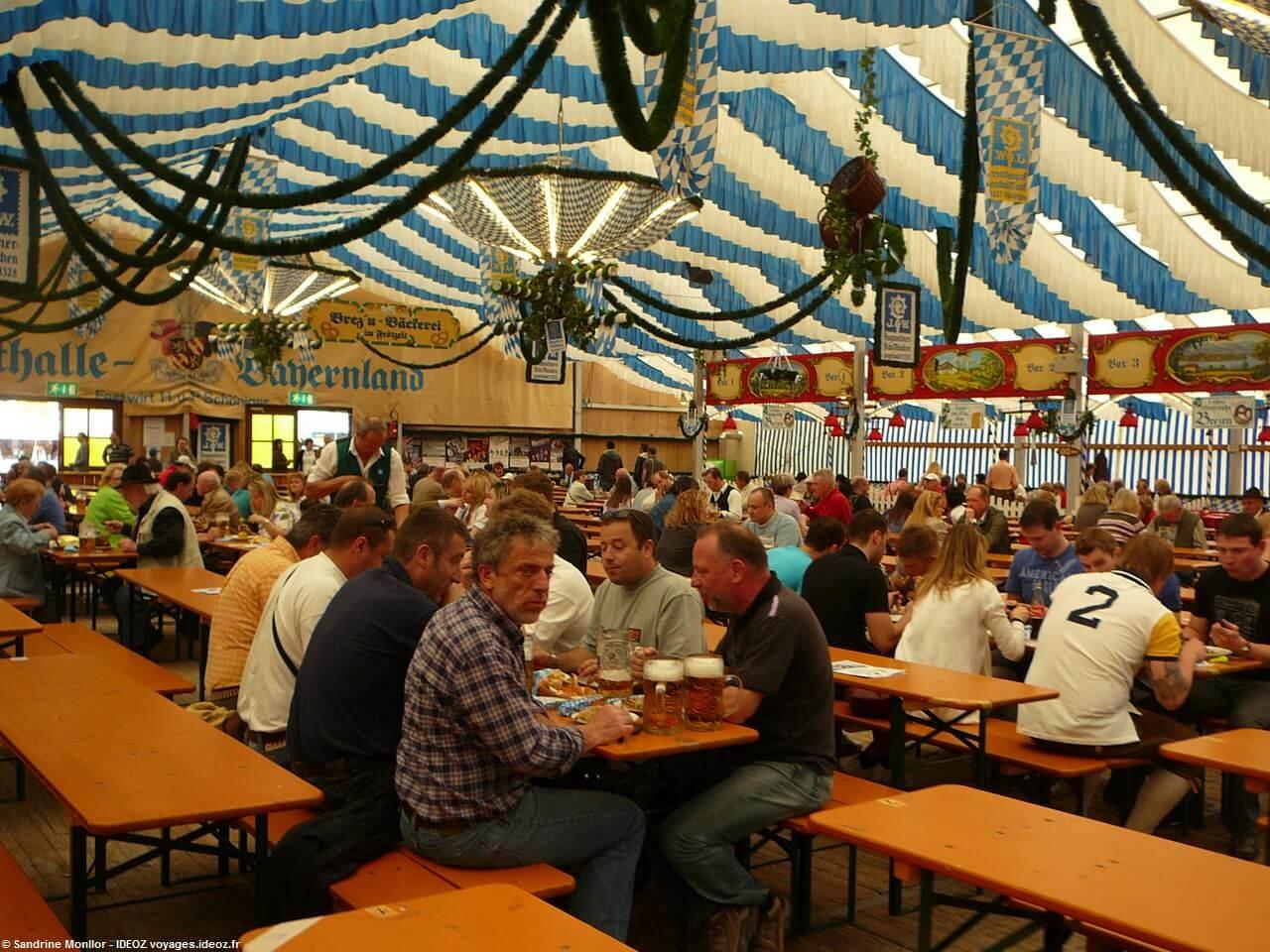 Bavarois attablés sous la tente Bayernland à Frühlingsfest de Munich