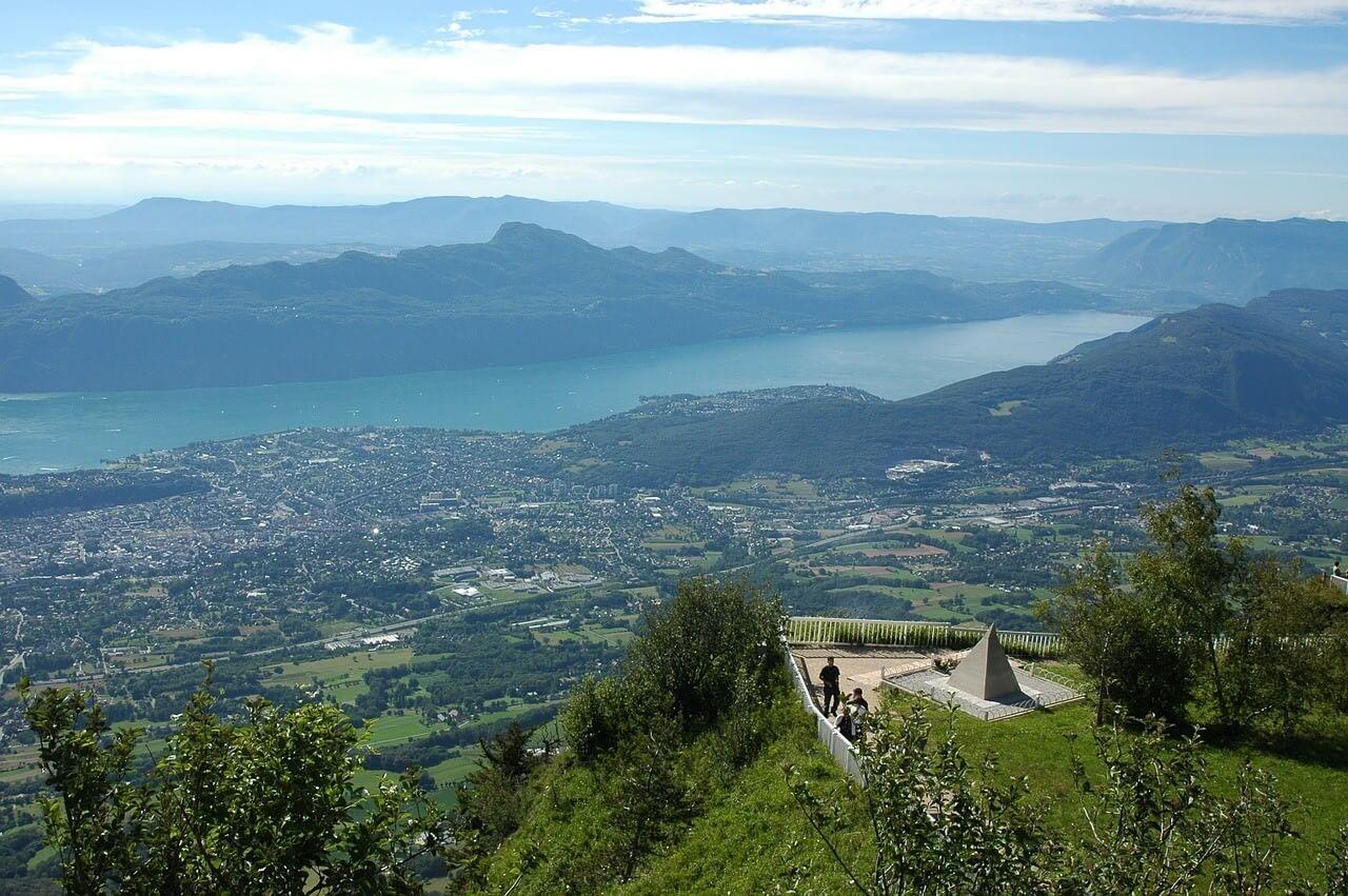 Belvedère du Mont Revard vue panoramique sur le lac du Bourget et aix les Bains