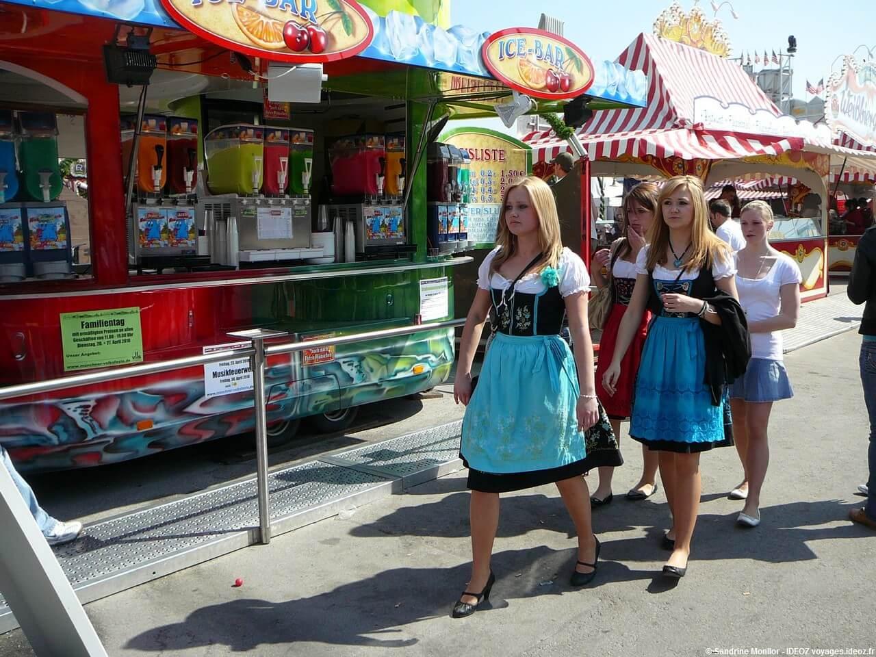 Jeunes bavaroises en dirdln lors de la Muenchener Fruhlingsfest