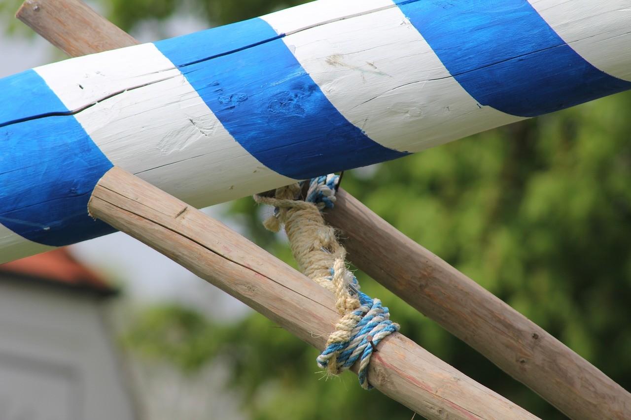 Mise en place de l'arbre de mai en Bavière