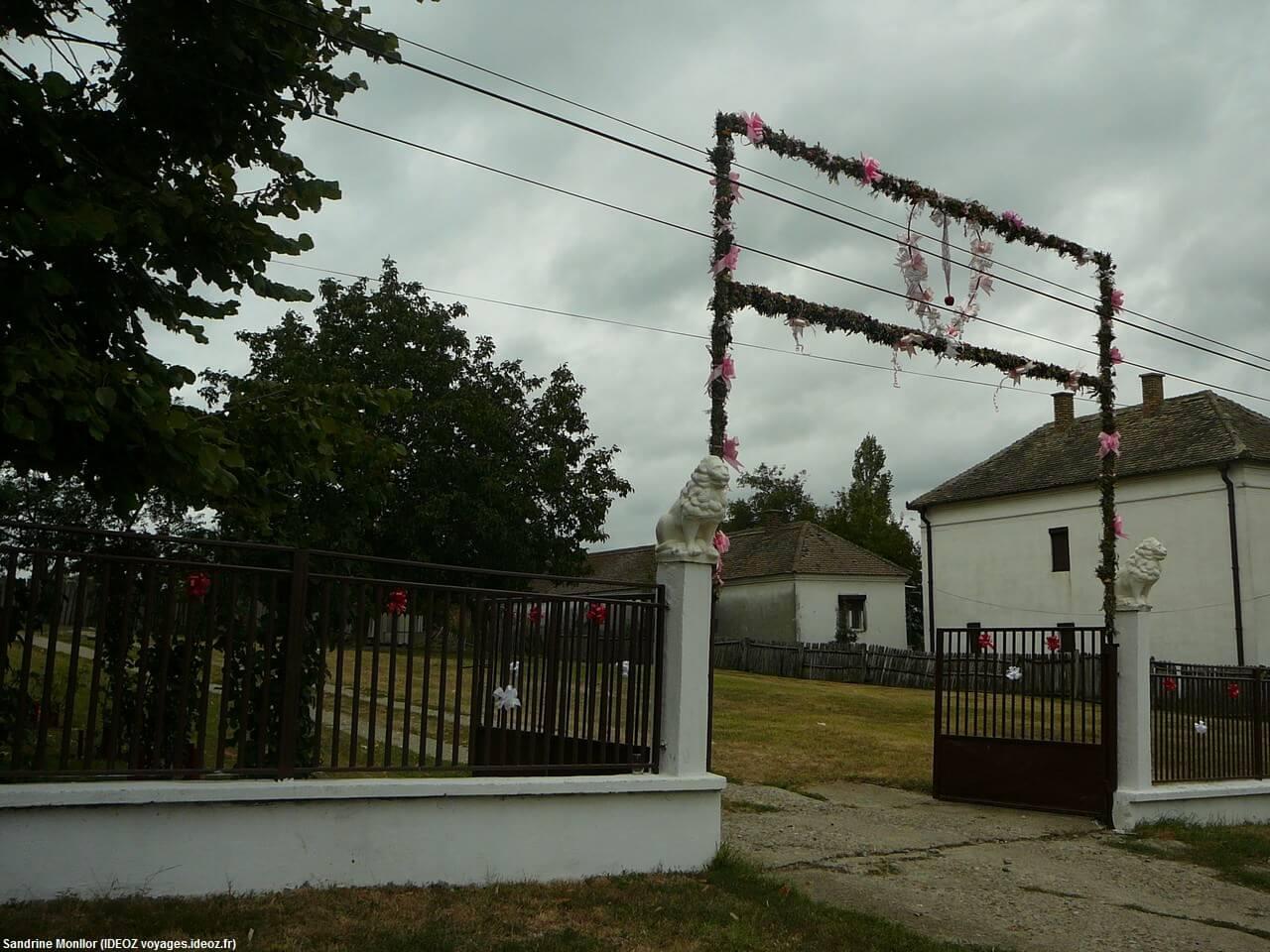 Portail décoré avec des fleurs dans la région de Pozarevac