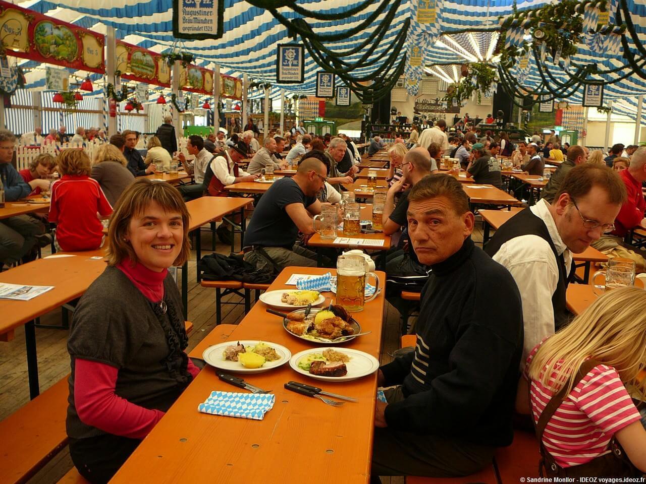 Repas à la fête de la bière de printemps de Munich