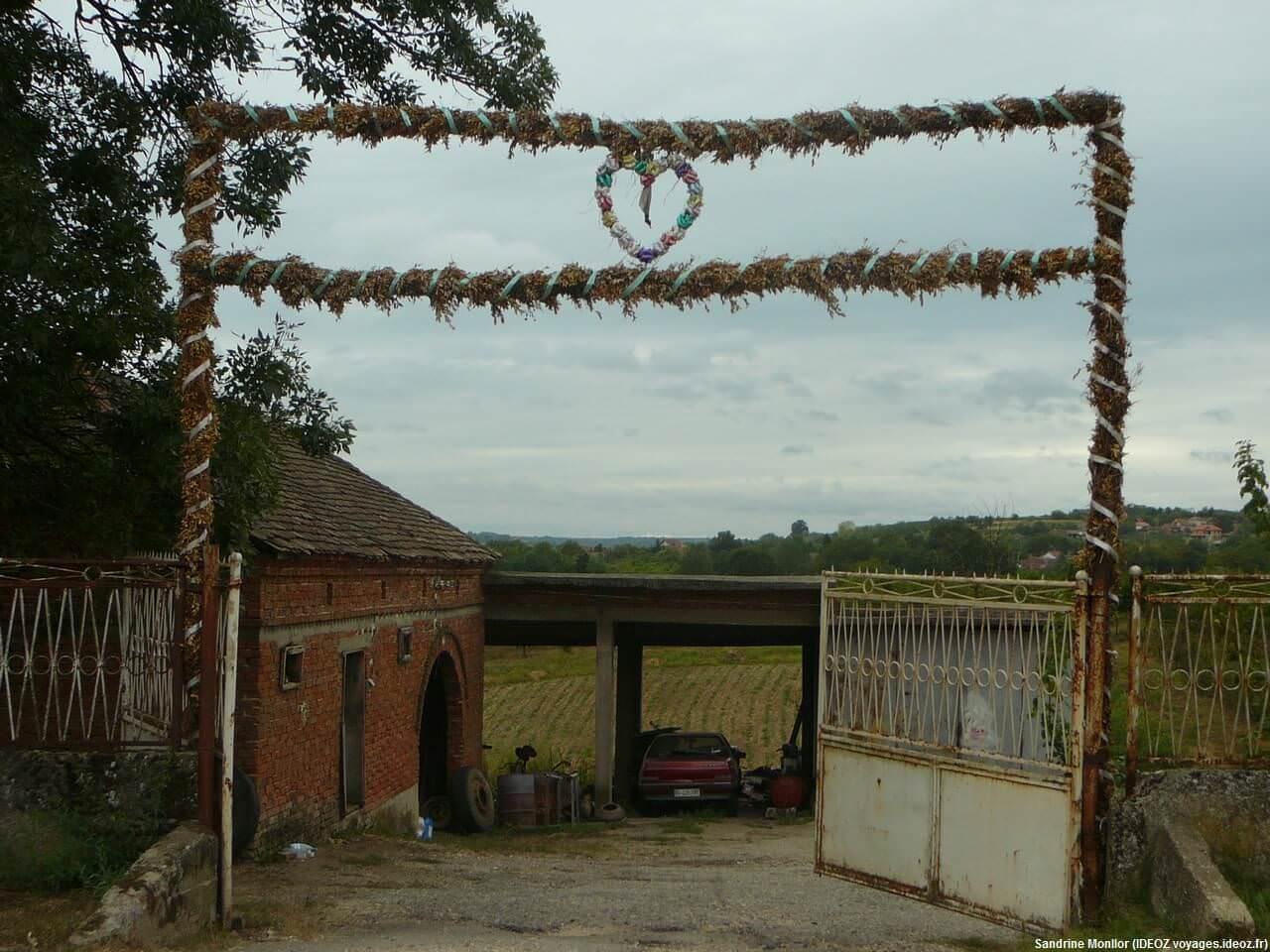 Serbie centrale portail décoré par des fleurs séchées