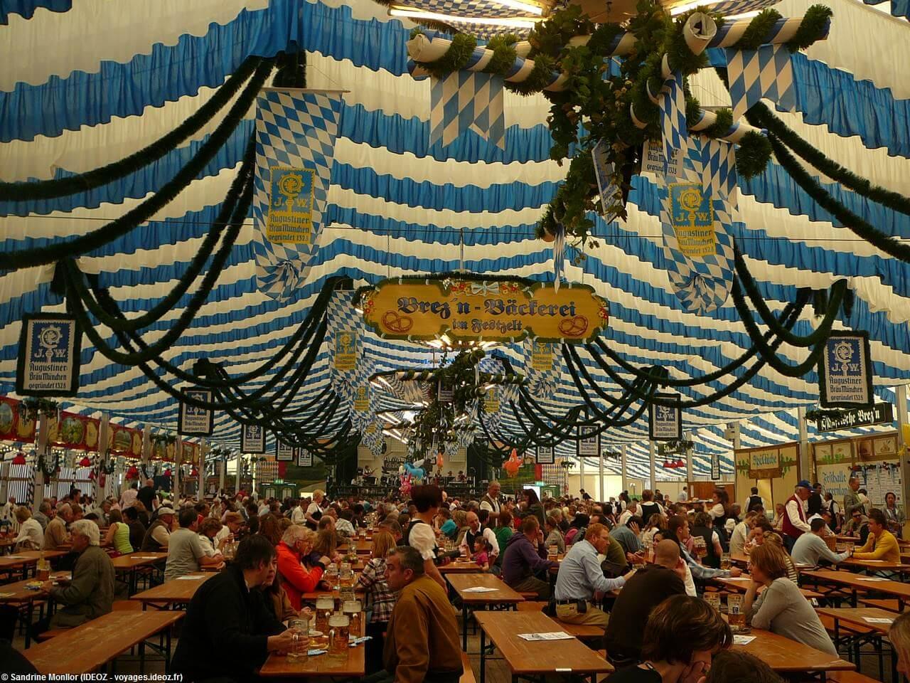 Sous la tente de Augustiner Brau pendant la Münchener Fruhlingsfest