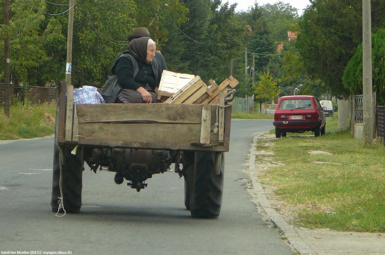 Tracteur sur une route de Serbie près de Kostolac