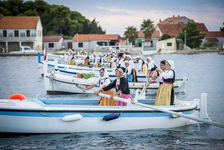 régate des femmes de krapanj sur l'île Krapanj près de sibenik