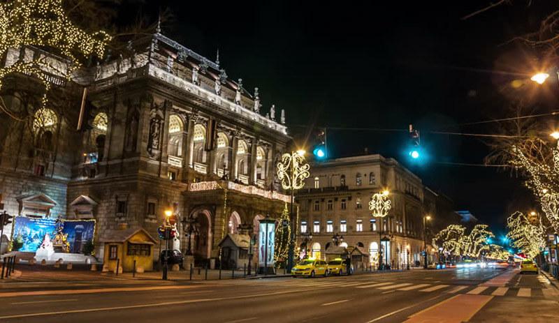 Budapest avenue Andrassy  de nuit aujourd'hui