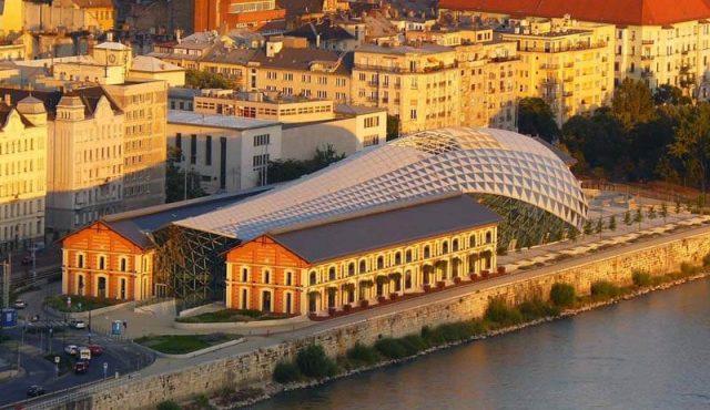 Centre culturel et commercial de Pest en forme de baleine sur le Danube