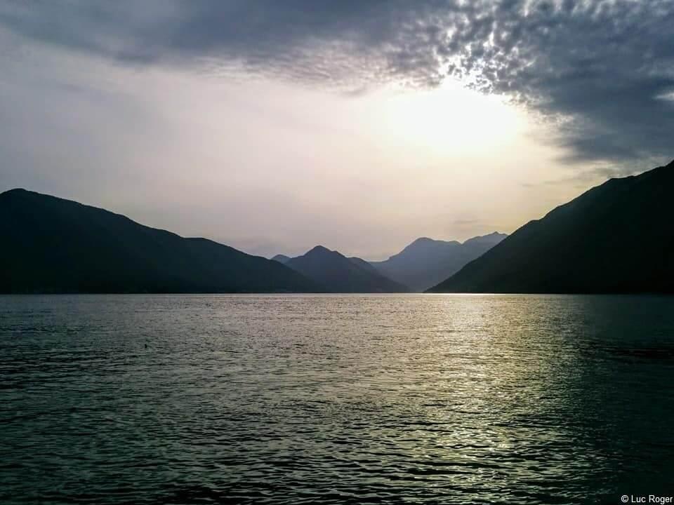 Montenegro depuis le littoral au coucher du soleil