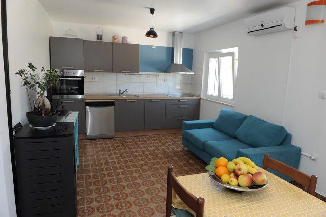 Séjour et cuisine à la villa Mélanie à Stasevica