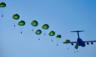avion en vol parachutistes