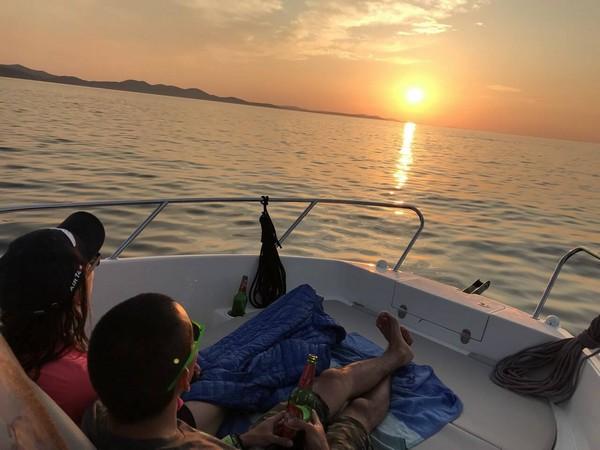 Coucher de soleil sur l'Adriatique depuis un bateau dans l'archipel de Zadar