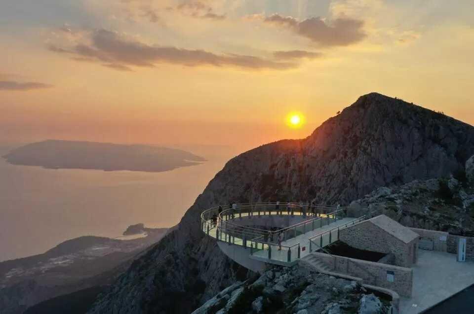 Coucher du soleil au biokovo skyline