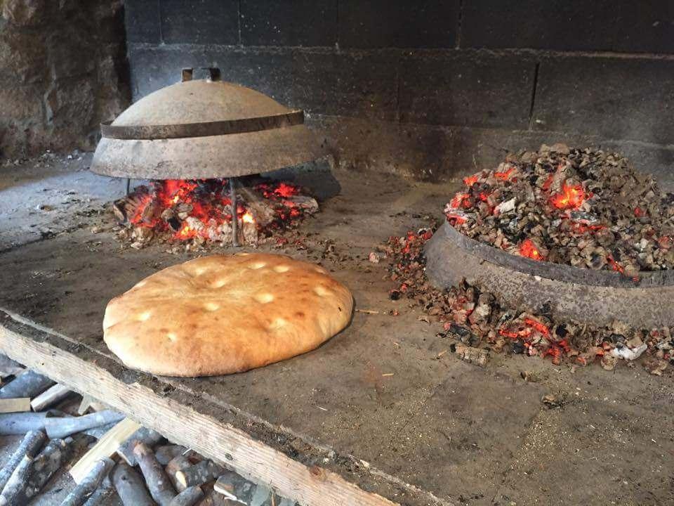 Cuisson du pain croate sur la braise agriturizam Kalpic à Radonic près de Krka