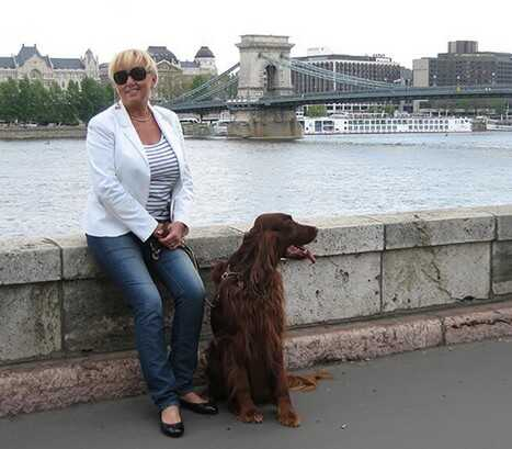 Ditta Kausay et son chien au bord du danube