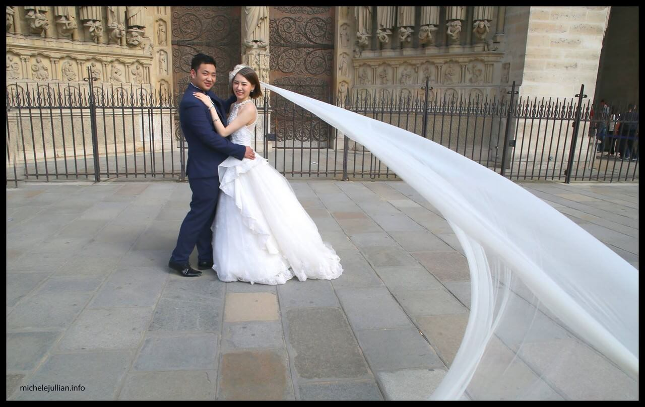 Jeunes mariés chinois sur le parvis de Notre dame de Paris