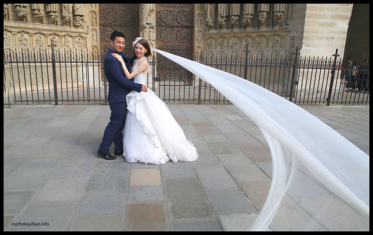 Mariés chinois et voile de la mariée devant Notre dame de Paris