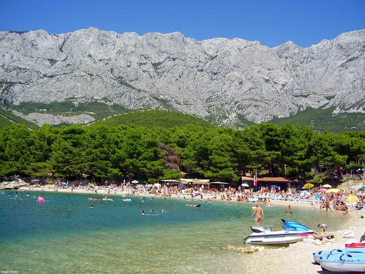 Plage de Makarska bordée par le Biokovo