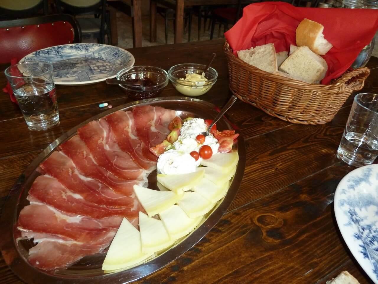 Prsut de Dalmatie sir fromage et basa à l'agrotourisme Kalpic à Radonic