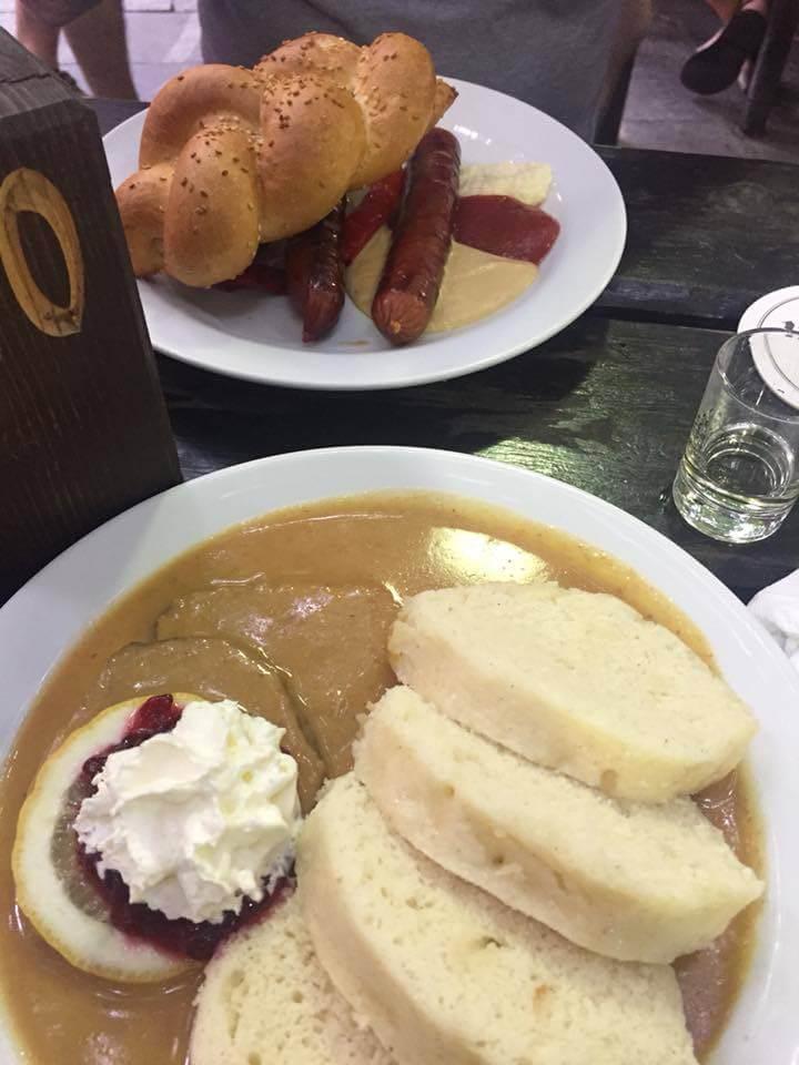 Repas U Fleku Prague svickova boeuf en sauce et knedliky